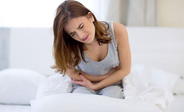 Comment se soigner d'une constipation, quelles sont les remèdes naturels rapides et efficaces avec des huiles essentielles bio ? Remèdes naturels bio, astuce naturelle rapide contre la constipation, mal de ventre, problème pour aller aux toilettes.