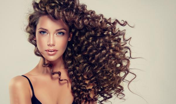 Avoir de beaux cheveux grâce aux huiles essentielles et aux huiles végétales
